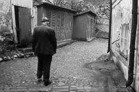 Bakgård på Södermalm 1968 med ett utedass till varje lägenhet.