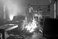 """Den desillusionerade stumfilmsstjärnan i """"The artist"""" (2011) tänder eld på sin filmsamling."""