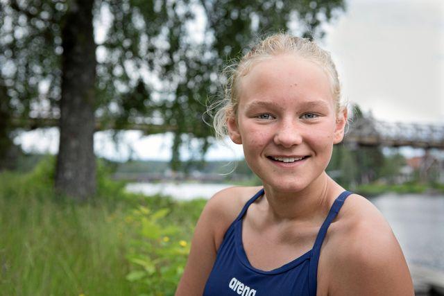 Elise har varit med i Vansbro AIK simklubb i fem år och nu siktar hon på att tävla ännu mer och vara med i större tävlingar.