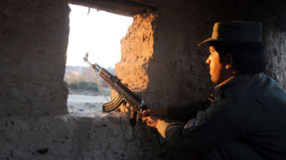En afghansk polis vid en vägspärr i Lashkar Gah. Arkivbild.