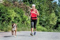 Anita Granberg, 76 år, bor i Vikmanshyttan, Dalarna. Trots en spik i foten laddar hon nu för sitt 40:e Stockholm Marathon med hunden Pelle.