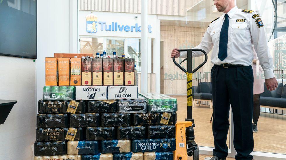 Oscar Lindvall, chef för tullåklagarsektionen, visar upp ett typiskt beslag för den liga som avslöjats för att ha smugglat in alkohol till Sverige vid ett stort antal tillfällen.