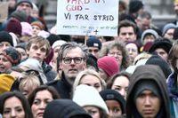 Sjukvårdspersonal demonstrerar i Stockholm för att visa missnöje över den senaste tidens beslut och varsel inom sjukvården.