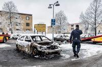 Ett nytt socialt landskap har vuxit fram i Sverige, bostadsområden vars liv präglas av utslagning från arbetsmarknaden, segregation, bidragsberoende och undermåliga skolor, skriver debattörerna.