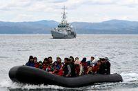 Migranter i gummibåt anländer till Lesbos med ett efterföljande Frontex-fartyg. Bild från förra veckan.
