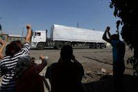 Den första lastbilen i konvojen hälsades vid gränsen på fredagen.