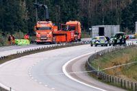 Polisens kriminaltekniker och bärgare arbetade på tisdagseftermiddagen på olycksplatsen på E4 vid Markaryd, där konstnären Lars Vilks och två poliser omkom när fordonet de färdades i krockade med en lastbil. Arkivbild.