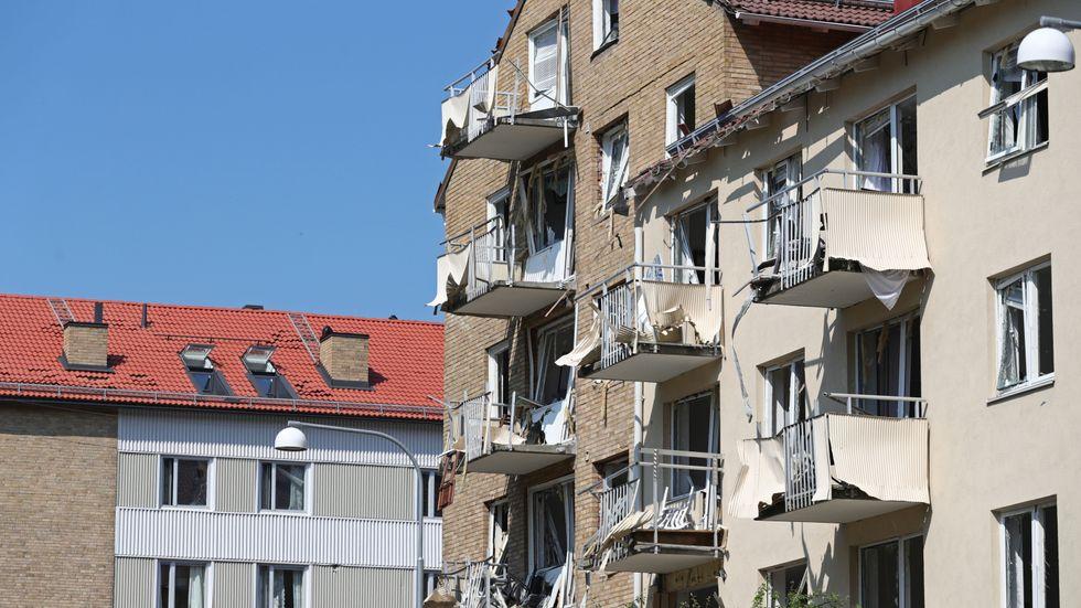 Ett flerfamiljshus i Linköping i juni. 25 personer skadades. Hundratals lägenheter har skadats. Sprängningen misstänks ha koppling till organiserad brottslighet.