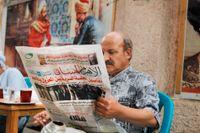 En man läser al-Ahram (Pyramiderna) på ett kafé i Kairo.