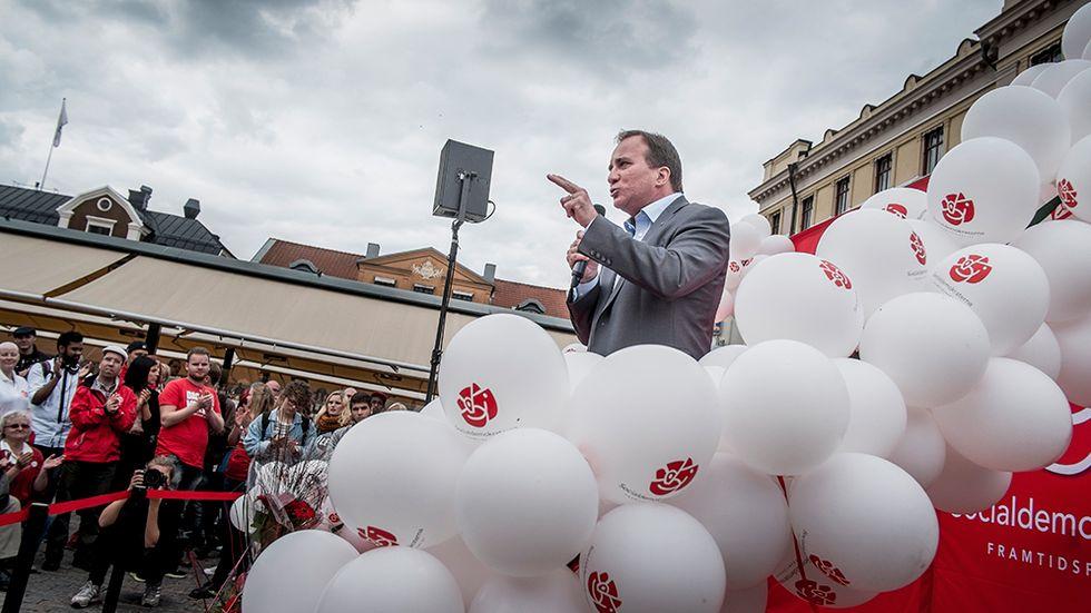 Löfven bland ballonger på torget i Linköping.