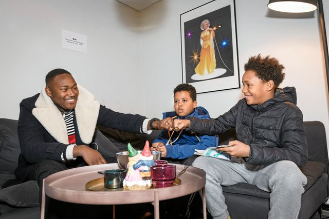 Sayer berättar att hans pappa är från Gambia och får en fistbump (high five med knogarna). Foto: Ari Luostarinen