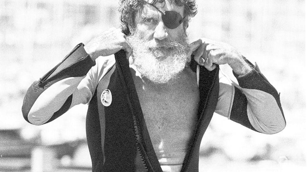 Jack O'Neill drar på sig våtdräkten en augustidag 1982.