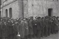 1921. Utdelning av bröd till arbetslösa på Sociala huset.