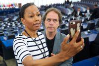 De svenska EU-ledamöterna Alice Bah Kuhnke (MP) och Pär Holmgren (MP) tar en selfie under EU-parlamentets samling i Strasbourg. Arkivfoto.