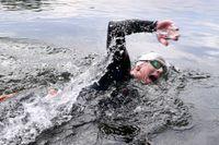 Johan Vik simmar längs land, helst med en vän, och med en simboj som syns.