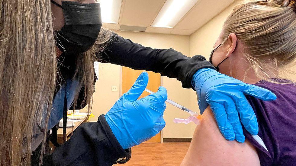 Vaccination mot covid-19 på en klinik i Kalifornien. USA:s smittskyddsmyndighet varnar nu för att deltavarianten är mer smittsam än trott, även bland vaccinerade.