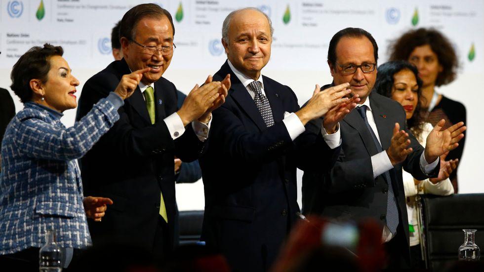 Francois Hollande, Laurent Fabius, Christiana Figueres och Ban ki-Moon applåderar vid den sista sessionen av COP21 i Paris, december 2015.
