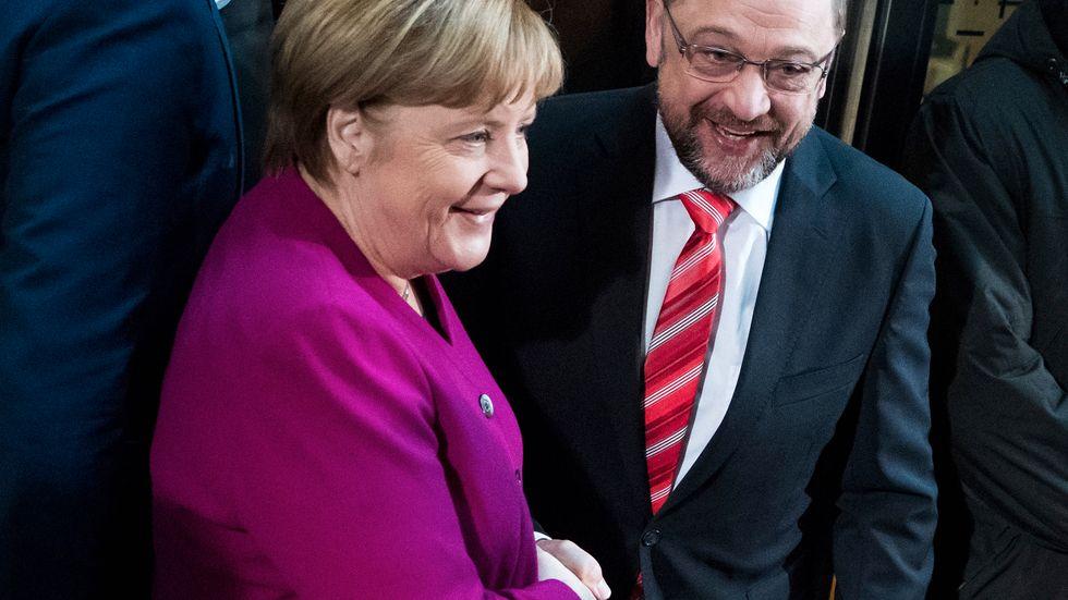 Kristdemokraternas ledare Angela Merkel och Socialdemokraternas ledare Martin Schulz i Berlin, där de två partierna håller sonderingssamtal.