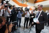 Frihetspartiet FPÖ:s Norbert Hofer anländer till en vallokal i österrikiska Pinkafeld på söndagen.