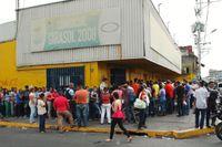 Ryktet går i Barinas: affären i hörnet har fått in tvål och tvättmedel. Snabbt bildas en lång kö och polisen är på plats för att hålla ordning och slussa in folk. Ett paket tvättmedel per kund är ordern när folk släpps in. Det råder brist på hygienvaror i Venezuela, men också på olja, ris och smör.