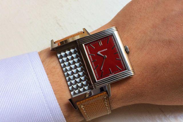 Jaeger-LeCoultre Grande Reverso Rouge, en av cirka 450 exemplar. En Reverso med röd tavla är inget som du ser varje dag. Den vändbara klassikern från 30-talet som en gång i tiden tillverkades för att skydda klockorna under tuffa polomatcher.