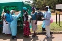 Hälsovårdsarbetare i Zimbabwe utför coronatester. Arkivbild.