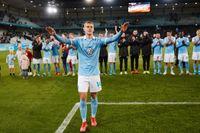 Malmö FF:s segerskytte Felix Beijmo och lagkamraterna tackar supportrarna efter 1–0-segern hemma mot IFK Göteborg. MFF leder nu allsvenskan med tre omgångar kvar att spela.