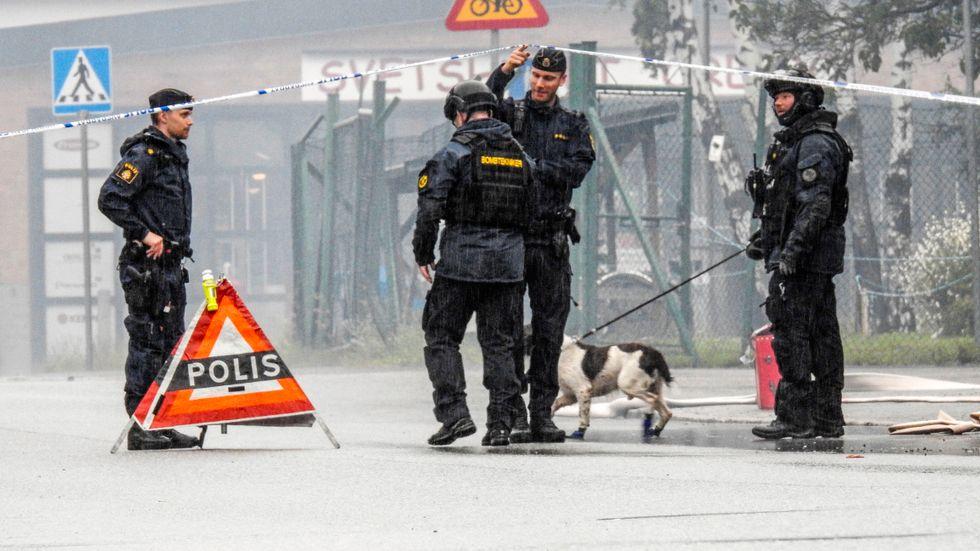 Örebropolisen under insatsen efter sprängningen mot en strippklubb i Örebro förra sommaren.