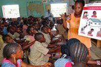 Elever i Macenta, Guinea får lära sig om hur spridningen av Ebola kan förebyggas.