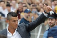 Cristiano Ronaldo hälsar på Juventus supportrar när han tog sina första steg som Juventusspelare i Turin.