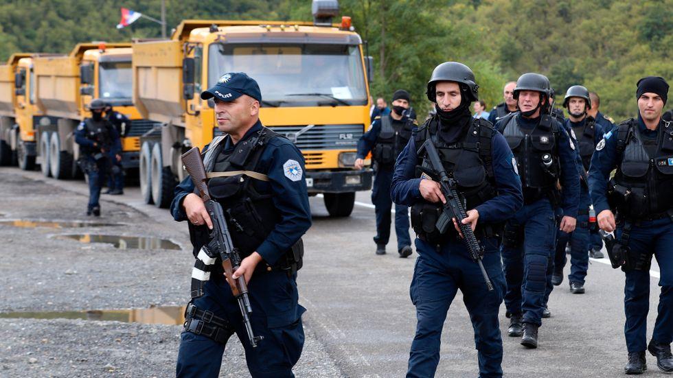 Kravallutrustad kosovansk polis på gränsen mellan Serbien och Kosovo.