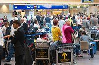 Resenärer köar efter inställda flygningar.