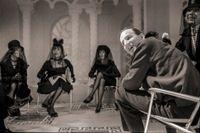 """Från inspelningen av """"För att inte tala om alla dessa kvinnor"""". Från vänster: Eva Dahlbeck, Harriet Andersson, Mona Malm, Ingmar Bergman och Barbro Hiort af Ornäs, 1964."""
