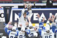 Finlands lagkapten och tvåmålsskytt Marko Anttila lyfter VM-bucklan