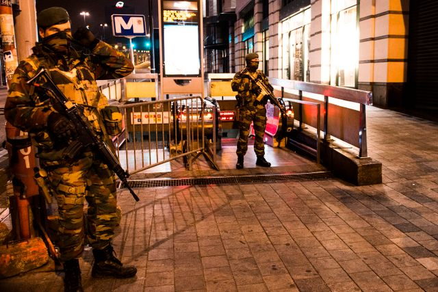 Polis bevakar tunnelbaneuppgång i Bryssel.