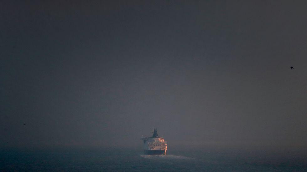 En färja lämnar brittiska Dover på väg mot kontinenten. Storbritanniens export till EU föll med 40,7 procent under januari 2021. Arkivfoto.
