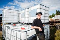 Lantbrukaren Thomas Jansson i Alunda har köpt upp magasin med vatten för att förbereda sig på eventuell vattenbrist.