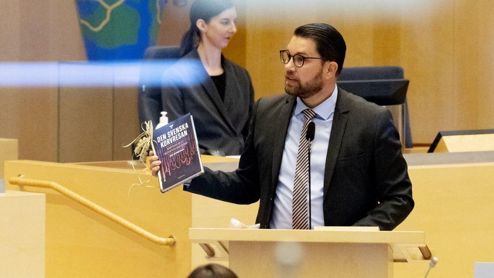 Åkesson delar ut bok till avgående statsminister Löfven.