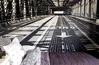 Art directorn Therese Sennerholt kopplar av i sitt svartvita radhus.