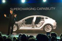 Teslas vd Elon Musk presenterar företagets nya bil med namnet Model 3.