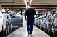 Sänkta topplöner hos Volvo Cars, där 25000 anställda har permitterats från fabrikerna.