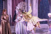 Gudarna festar. Marianne Mörck som Thalia, Maria Streijffert som Juno, Conny Thimander som Merkurius och Loa Falkman som Jupiter.