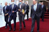 Rysslands utrikesminister Sergej Lavrov (längst till höger) tillsammans med Syriens president Bashar al-Assad (nummer två från vänster) efter måndagens möte i Damaskus, Syrien.