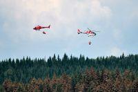 Helikoptrar vattenbombar skogsbranden på Grötingenberget, Jämtland, söndagen den 22 juli.