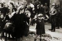 Fotografiet på en ung pojke som drivs ut ur det judiska getton i Warsawa har blivit en av de mest kända bilderna från andra världskriget.