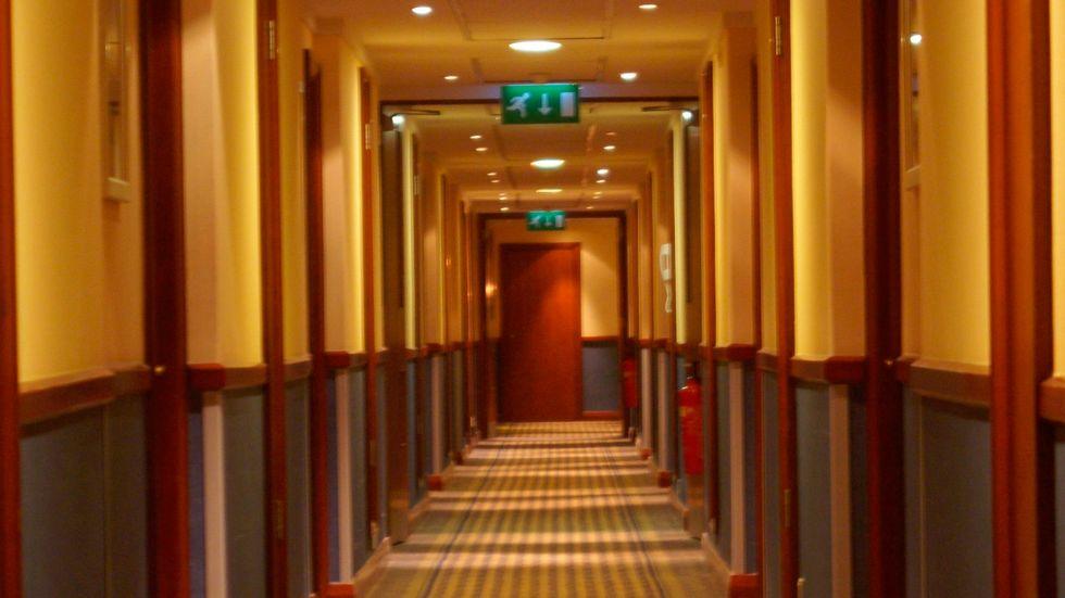 Vad säger denna hotellkorridor om vår moderna historia?