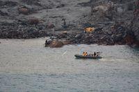 Räddningspersonal bärgar omkomna från White island i december. Arkivbild.