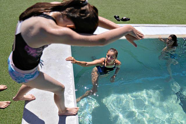 Dags för Alva att dyka i. Simläraren Viktoriia ger tips på hur hon ska göra. Foto: Lars Dareberg