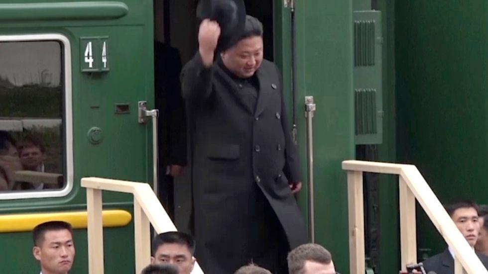 Nordkoreas ledare Kim Jong-Un kom först till orten Chasan på den ryska sidan gränsen, innan färden gick vidare till Vladivostok.