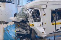 Resultat av Trafikverkets krocktest av husbil. Testet motsvarar en frontalkollision i 90 kilometer i timmen mot en personbil och visar att personerna i husbilen löper hög risk att omkomma eller skadas svårt.